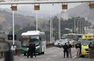 Una rehén fue  libertada por el secuestrador tras salir del autobús en el puente Rio-Niterói en Río de Janeiro. FOTO/EFE.