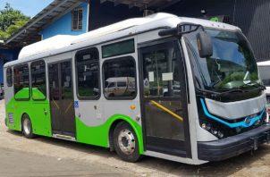 Un bus que no necesita combustible para funcionar, sino ser recargado por energía en horas de la noche.