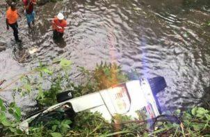 El bus, tipo coaster, de la ruta La Unión-San Miguelito, cayó en un río en el sector de Las Lajas, en Las Cumbres.