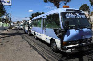 Varios conductores de autobús permanecen en paro por los excesivos cobros de extorsión de bandas delicuenciales y pandillas este viernes en Tegucigalpa (Honduras). Foto: EFE.