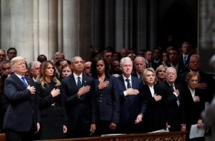 El presidente Donald Trump y los expresidentes Jimmy Carter, Bill Clinton, y Barack Obama, junto a sus esposas le rinden honor al difunto George H.W. Bush. FOTO/AP