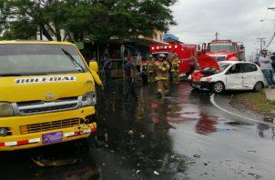 Bomberos acudieron al área del accidente. Foto: Eric A. Montenegro.