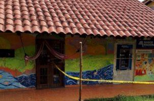 El cajero fue acordonado con cinta amarilla, para recoger la evidencia de los facinerosos. Foto/Diómedes Sánchez