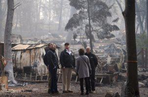 Para Trump se trató de una jornada para ofrecer consuelo para un estado que lamenta dos tragedias: los incendios forestales en el norte y el sur de California, así como una masacre en un bar al norte de Los Ángeles. FOTO/AP