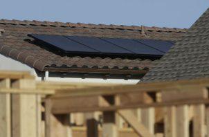 Panel solar en una casa en Sacramento, California. Foto: AP.