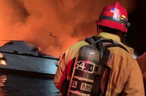 """La Guardia Costera de Los Ángeles apuntó que ha movilizado """"múltiples activos de rescate junto con activos de agencias locales para asistir a 30 personas en peligro en un bote de 75 pies (unos 22,86 metros) cerca de la isla de Santa Cruz""""."""