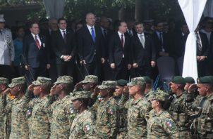 La Fuerza Pública realizó ayer un desfile de honor  a las nuevas autoridades de seguridad.  Foto de Víctor Arosemena