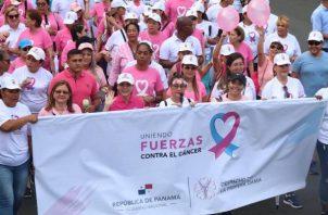 Este domingo se desarrolló la caminata de la cinta rosada y celeste como parte de la campaña de prevención del cáncer.