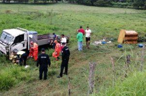 Uno de los heridos, mantenía golpes múltiples, y quedó tendido fuera del vehículo hasta recibir la atención médica. Foto/Thays Domínguez