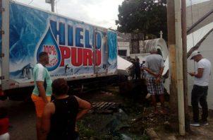 Conductor de camión de una hielería choca contra tumba del expresidente Remón Cantera. Foto: Redes Sociales.