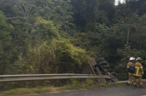Camión cayó estrepitosamente a la cuneta. Foto: @TraficoCPanama