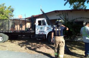 Estacionó el camión en un minisúper, pero el freno de mano cedió. Foto/José Vasquez