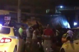 Una avalancha de personas saqueó el camión que se accidentó en Colón y que transportaba latas de cerveza.