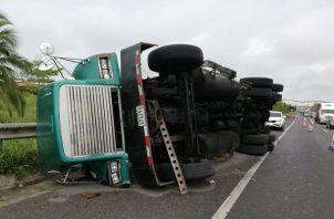 El camión transportaba un contenedor. Foto: Diómedes Sánchez S.