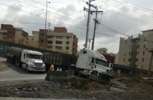 El camión, cargado de gravilla, se accidentó en el Corredor Norte, en la salida de San Isidro.
