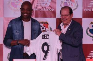 Manuel Arias, presidente de la Fepafut, junto a Julio Dely con la nueva casaca de la selección. Foto @Fepafut