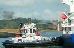 El capitán del remolcador ubicó la nave incendiada en un lugar seguro mientras la tripulación combatía y contenía el incendio. Foto/Cortesía Unión de Capitanes y Oficiales de Cubierta del Canal Panamá