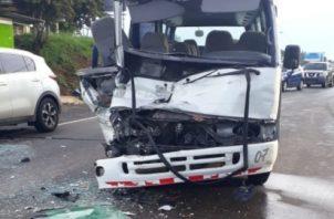 El accidente ocurrió cuando un camión freno repentinamente y el bus lo colisionó en la parte trasera. Foto/Eric Montenegro