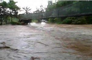 Los educadores no permitieron a los estudiantes utilizar el puente por la crecida del río Tería en Capira.