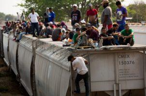 Un grupo de migrantes buscan la manera de llegar a México para cruzar la frontera a EE.UU. FOTO/AP