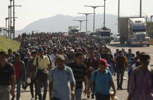 Una segunda caravana formada por unos 600 migrantes, entre ellos niños y mujeres, sale de El Salvador con rumbo a los Estados Unidos. FOTO/EFE