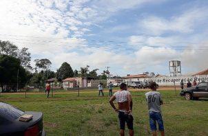 Un grupo de personas se aglomeran cerca del Centro de Recuperación Regional de Altamira, FOTO/EFE