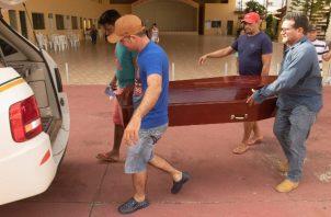 Familiares toman ataúdes para enterrar a las víctimas de la masacre del Centro de Recuperación Regional de Altamira, donde 58 prisioneros fueron asesinados . FOTO/EFE