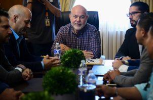 El presidente de la Cámara de Representantes de Puerto Rico, Carlos Méndez, le informó al Gobernador Ricardo Rosselló sobre el juicio político. FOTO/AP