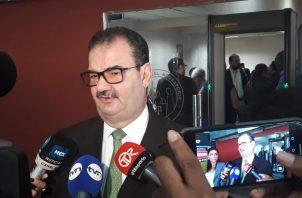 """El abogado Carlos Carrillo conversó con los medios de comunicación antes de reanudarse el juicio oral, en caso """"pinchazos"""". Foto Víctor Arosemena"""