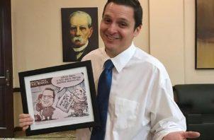 Ministro Carlos Rubio junto a la imagen donde se hace referencia a Ricardo Martinelli.  Foto/Archivos