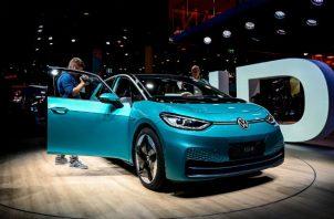 Volkswagen planea lanzar una alineación de vehículos eléctricos baratos producidos en masa. El nuevo ID.3. Foto/ Sascha Steinbach/EPA, vÍa Shutterstock.