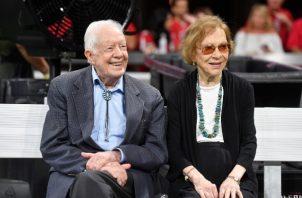 ex presidente Jimmy Carter y Rosalynn Carter son vistos antes de un partido de fútbol de la NFL entre los Halcones de Atlanta y los Bengals de Cincinnati, en Atlanta. FOTO/AP