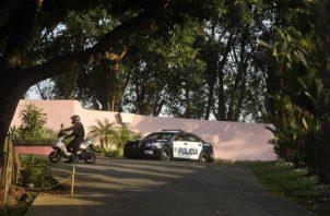 Policía descubre a su esposa con su auto dentro de un 'push' en Juan Díaz. Foto: Panamá América.