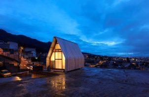 Anochecer en Quito con la Casa Parásito en primer término. EFE