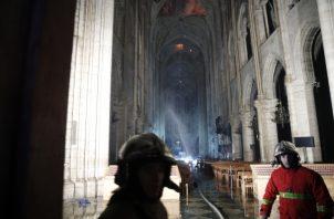 Bomberos franceses entran a Notre Dame mientras un incendio consume el techo de la catedral. FOTO/EFE