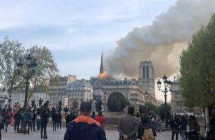 La policía ha acordonado la zona y está desalojando a los numerosos turistas que se encontraban dentro de la catedral. FOTO/EFE
