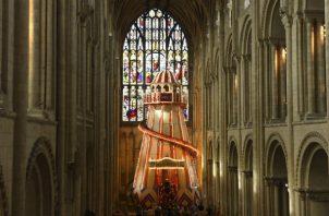 La Catedral de Norwich instaló temporalmente un tobogán para despertar el interés en la iglesia anglicana. Foto/ Joe Giddens/Press Association, vÍa Associated Press.