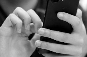 Comemos con una mano y con la otra ojeamos el celular, leyendo el Facebook u oyendo música. Foto: Archivo.