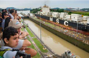 El Centro de visitantes del Canal de Panamá cuenta con amplias terrazas para observar el tránsito de los barcos