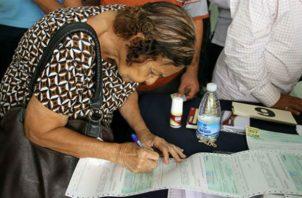 Queda pendiente el procesamiento de los certificados de aproximadamente 50 mil beneficiarios. Foto/Archivo