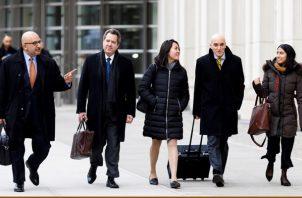Los abogados defensores Angel Eduardo Balarezo (i), Jeffrey Lichtman (2i) y William Purpura (2d) y otros miembros de su equipo legal salen de la corte al final de otro día de deliberación del jurado. FOTO/EFE