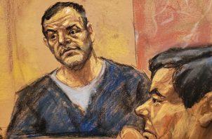 "Joaquín ""El Chapo"" Guzmán escucha el interrogatorio al testigo Pedro Flores. FOTO/EFE"