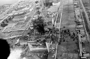 Foto de la Agencia AP, en la que se observa la central nuclear de Chernobyl, luego de la explosión de su reactor .