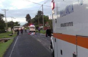 El conductor de la motocicleta perdió  la vida en el área del accidente. Foto/Bomberos de Coclé