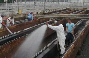 El Idaan no ha informado qué tiempo tomará limpiar los sedimentos de la potabilizadora de Chilibre. Foto: Idaan.
