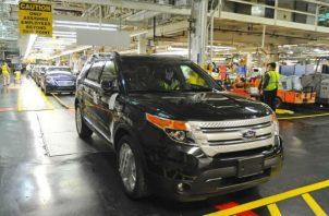 En la imagen, un vehículo Ford Explorer en la cadena de montaje de una fábrica de Chicago, Estados Unidos. EFE/Archivo