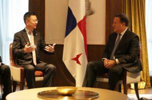 El presidente Juan Carlos Varela junto a Lu Hongxiang, presidente de Jumore. Foto/Cortesía