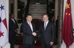 Juan Carlos Varela le prometió a Xi Jinping que las relaciones entre Panamá y China se llevarán sin injerencia de ningún otro país. Víctor Arosemena