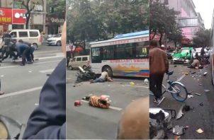 El diario hongkonés South China Morning Post agregó que el suceso se produjo después de que un hombre armado con un cuchillo atacara al conductor del autocar.
