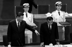 El presidente Xi Jinping hace una indicación a su primer ministro durante los actos del martes 18 de diciembre. Foto:  EFE